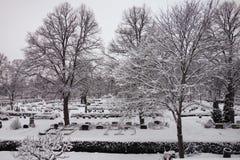 La gelée et la neige ont couvert le cimetière à Upsal, Suède, le 16 janvier 2013 Photographie stock libre de droits