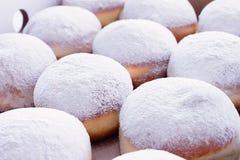 La gelée a rempli beignets du sucre en poudre sur un fond blanc images libres de droits