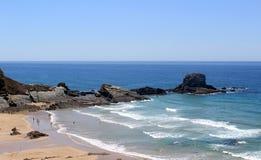 La generalità di Zambujeira guasta la spiaggia del villaggio Immagini Stock