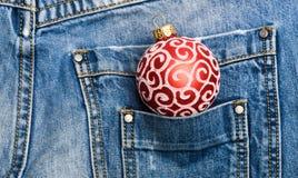 La generazione moderna celebra il nuovo anno ed il natale Celebri il natale Decorazione della palla per la tasca dell'albero di N fotografie stock