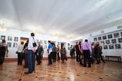 La gente è in corridoio al teatro di Operetta di Mosca Fotografia Stock Libera da Diritti