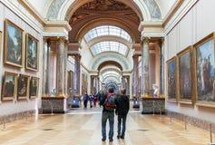 La gente è dentro (visitando) il museo del Louvre parigi Fotografia Stock