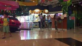 La gente è nella zona del gioco nel grande magazzino stock footage