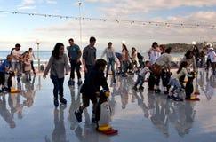 La gente è pattinaggio su ghiaccio sulla pista di pattinaggio sul ghiaccio di Bondi Fotografia Stock Libera da Diritti