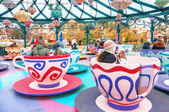 La gente è sul carosello nel Disneyland Parigi france Fotografie Stock
