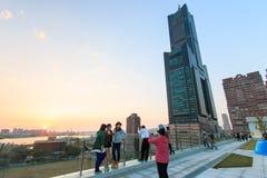 La gente accanto alla torre del cielo di Tuntex che guarda il tramonto Immagini Stock