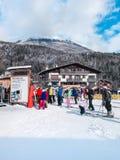 La gente acerca al remonte y las cuestas en las montañas del invierno recurren, las montañas francesas Foto de archivo