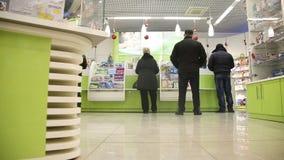 La gente acerca al revés en droguería de la farmacia almacen de metraje de vídeo