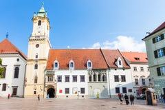 La gente acerca ayuntamiento en la plaza principal en Bratislava Imagenes de archivo