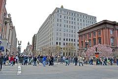 La gente acerca a la disposición conmemorativa en la calle de Boylston en Boston, los E.E.U.U., Foto de archivo