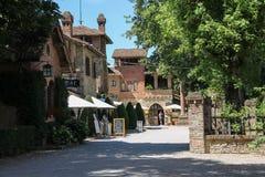 La gente acerca a pequeñas barras y tiendas de souvenirs turísticas en Grazzano VI foto de archivo libre de regalías