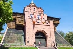 La gente acerca a puertas del monumento del Golden Gate en Kiev Imágenes de archivo libres de regalías