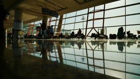 La gente ad un aeroporto moderno, salotto di partenza fotografie stock