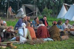 La gente ad un evento dedicato alla ricostruzione della vita dei Vichingo Fotografia Stock