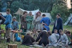 La gente ad un evento dedicato alla ricostruzione della vita dei Vichingo Fotografie Stock