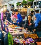 La gente ad un mercato di notte thailand Fotografia Stock