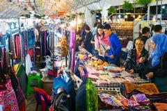 La gente ad un mercato di notte thailand Fotografie Stock Libere da Diritti