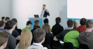 La gente ad una conferenza Parlano delle tecnologie e dell'IT moderni Problemi di sicurezza digitale, la gente dell'IT Ascolti video d archivio
