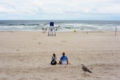 La gente ad una spiaggia fotografia stock