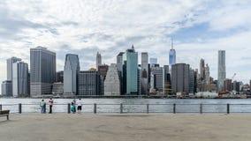 La gente admira del centro de la ciudad de Nueva York imagenes de archivo