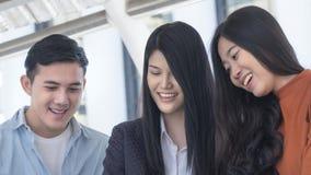 La gente adolescente optimista enérgica sorprende y consigue sonrisa en cara Imagen de archivo libre de regalías