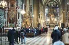 La gente adora a dios en la iglesia de St. Stephen Foto de archivo