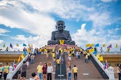 La gente adora en el templo de Huaymongkol (Wathuaymongkol), el más grande de Luang Bhor Thuad del mundo Imagen de archivo libre de regalías