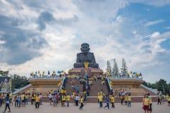 La gente adora en el templo de Huaymongkol (Wathuaymongkol), el más grande de Luang Bhor Thuad del mundo Fotos de archivo libres de regalías