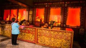 La gente adora en estilo chino de la estatua del oro de tres Buda en el templo de Wat Leng Nei Yee Chinese Foto de archivo libre de regalías