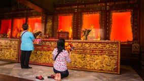 La gente adora en estilo chino de la estatua del oro de tres Buda en el templo de Wat Leng Nei Yee Chinese Imagen de archivo