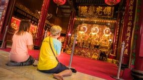 La gente adora en estilo chino de la estatua del oro de tres Buda en el templo de Wat Leng Nei Yee Chinese Foto de archivo