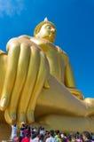 La gente adora a gran Buda de Tailandia Foto de archivo