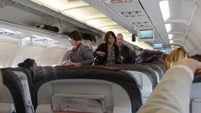 La gente in aeroplano video d archivio