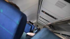 La gente in aeroplano stock footage