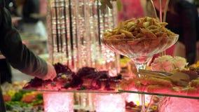 La gente agrupa la comida de abastecimiento del buffet interior en restaurante de lujo con la carne metrajes