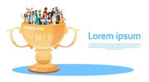 La gente agrupa diversa taza del ganador del premio de los empleados del empleo, Team Success Concept Imagen de archivo libre de regalías