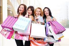 La gente agrupa feliz con los bolsos coloreados Imagen de archivo libre de regalías