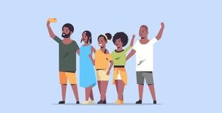 La gente agrupa tomar la foto del selfie en los amigos afroamericanos de la cámara del smartphone que tienen personajes de dibujo ilustración del vector