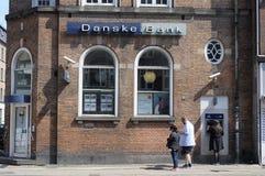 LA GENTE AL BANCOMAT DI DANSKE BANK Immagine Stock