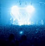 La gente al concerto di schiocco Immagine Stock