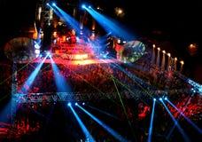 La gente al concerto esterno di notte Immagine Stock Libera da Diritti