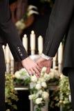 La gente al funerale che si consola immagini stock