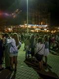 La gente al nuovo anno aspettante della via in Pinamar Fotografia Stock Libera da Diritti