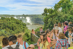 La gente al parco di Iguazu nel Brasile Immagini Stock Libere da Diritti