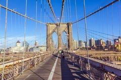 La gente al ponte di Brooklyn a New York Fotografie Stock