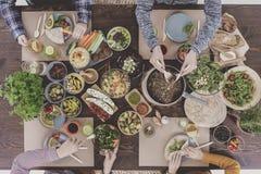 La gente al ristorante vegetariano sano Fotografia Stock