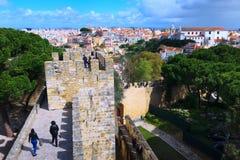 La gente al san George Castle a Lisbona, Portogallo Immagine Stock Libera da Diritti