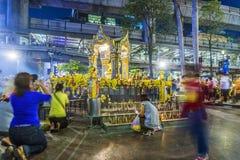 La gente al santuario famoso di Erawan a Bangkok Immagini Stock
