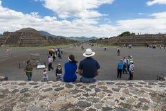 La gente al viale dei morti nel sito archeologico di Teotihuacan nel Messico Fotografia Stock Libera da Diritti