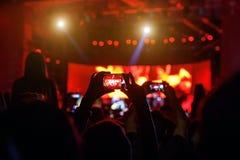 La gente al video o alla foto della fucilazione di concerto immagini stock libere da diritti